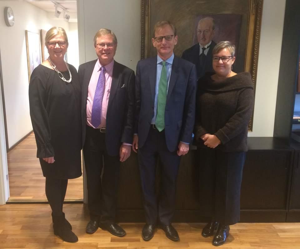 Från vänster talman Gun-Mari Lindholm, Bo-Sture Sjölund ambassadör Tom Dodd och minister Nina Fellman
