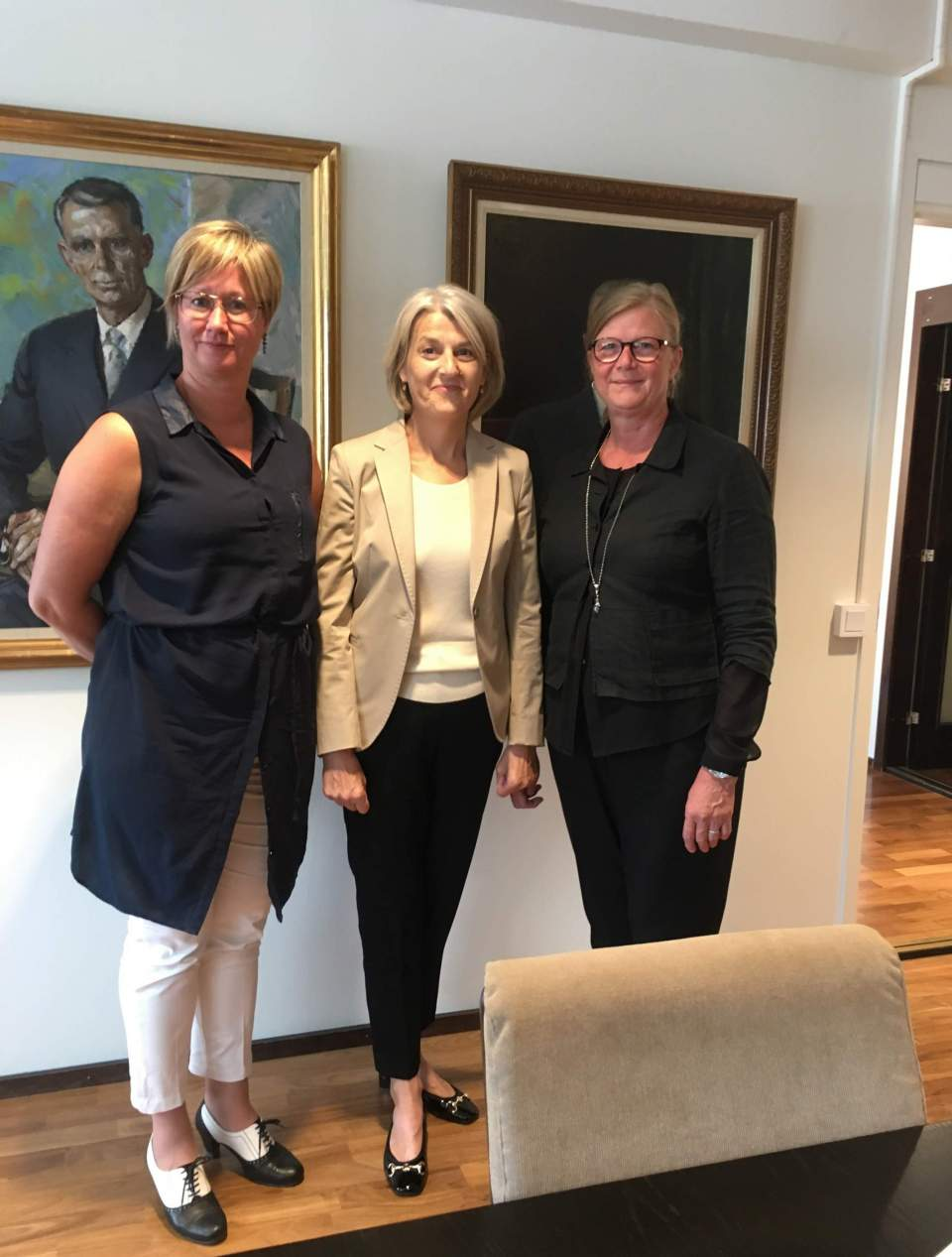 Vice lantrådet Camilla Gunell, Danmarks ambassadör Charlotte Laursen och talman Gun-Mari Lindholm