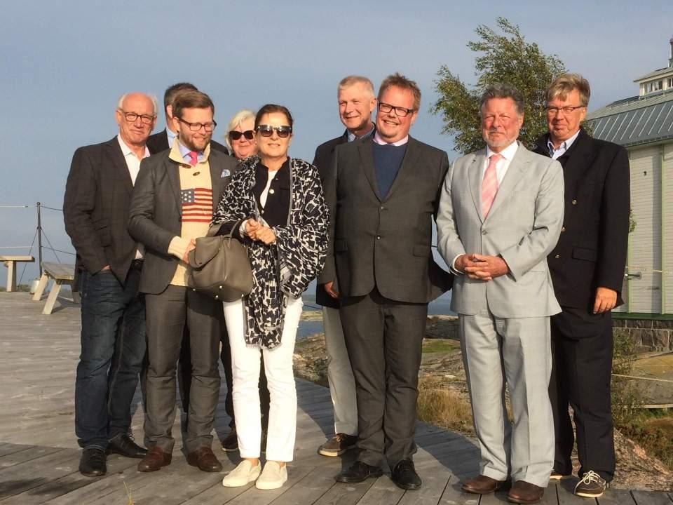 På bilden ses talman Johan Ehn tillsammans med ambassadör Charles C. Adams (till höger)