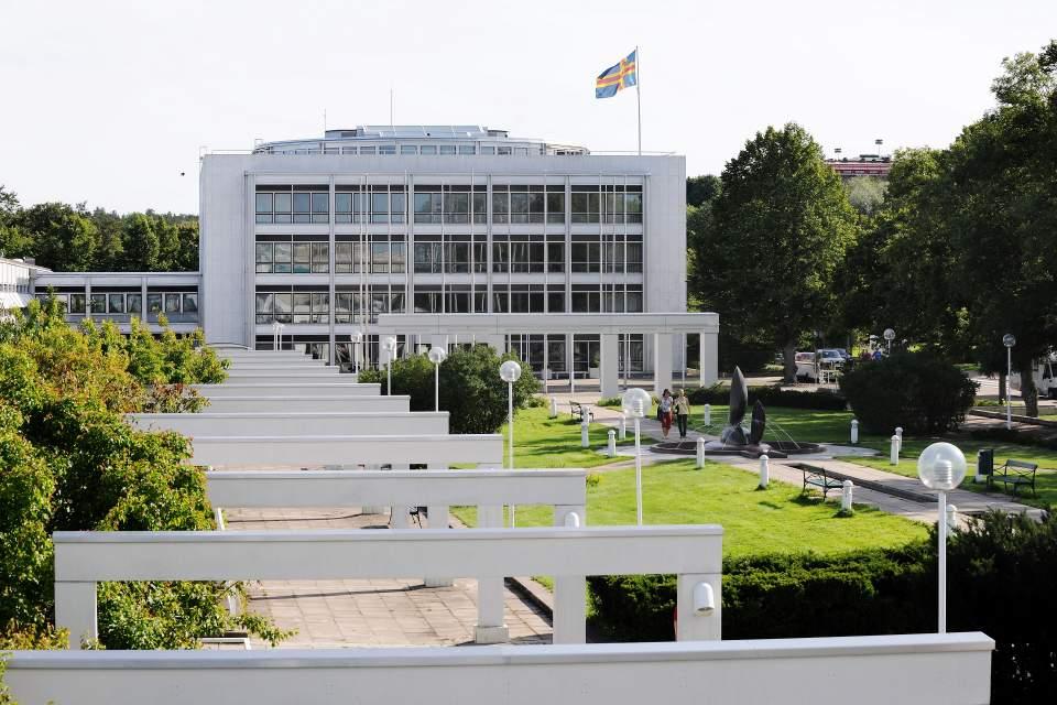 sommarbild på lagtingsbyggnaden