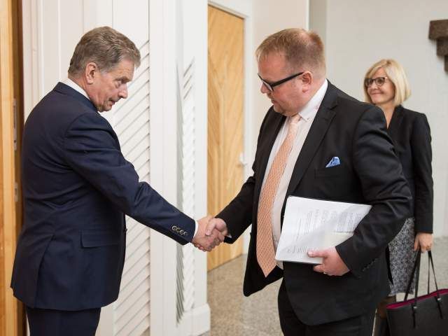 President Sauli Niinistö, talman Johan Ehn och lagtingsdirektör Susanne Eriksson