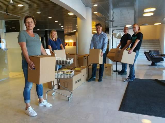 Personalen flyttar lådor från lagtingshuset