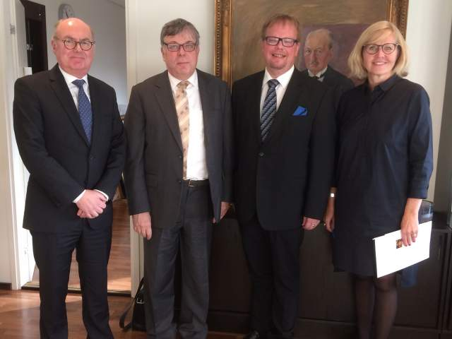 På bilden från vänster justitierådet Gustav Bygglin ,Högsta domstolens president Timo Esko, talman Johan Ehn och lagtingsdirektör Susanne Eriksson