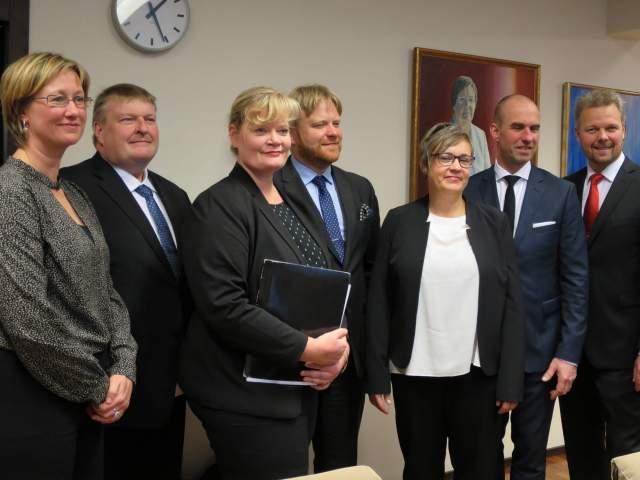 Från vänster vicelantråd Camilla Gunell, minister Mats Perämaa, lantråd Katrin Sjögren samt minstrarna Wille Valve, Nina Fellman, Tony Asumaa och Mika Nordberg.
