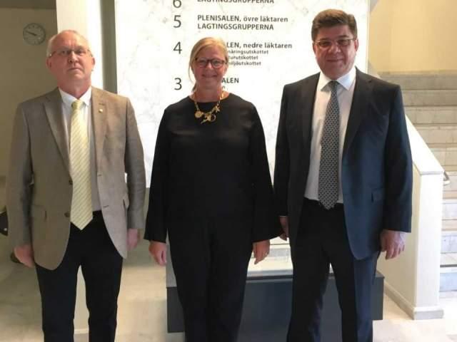 Rysslands ambassadör Mr Pavel Kutznetsov, talman Gun-Mari Lindholm och konsul Mikhail  Zubov