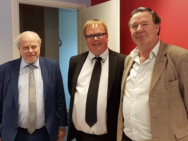 På bilden från vänster generalkonsul Olof Ehrenkrona, talman Johan Ehn och Sveriges Nordenambassdör Krister Bringéus