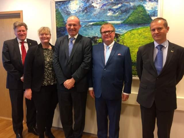 På bilden från vänster generalkonsul Göran Lindholm, landrådet Katrin Sjögren, ambassadör <vince Szalay-Bobrovniczky, talman Johan Ehn samt rådgivare Szabó Endre