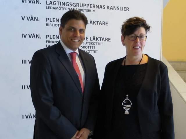 Vicetalman Veronica Thörnroos och kommissionär Clark Abraham från Bornaire
